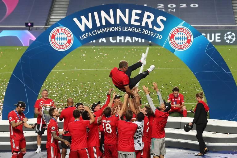 O técnico Hans-Dieter Flick, carregado pelos jogadores, pegou o Bayern de Munique em baixa no meio da temporada e o levou à conquista do Alemão e da Liga dos Campeões