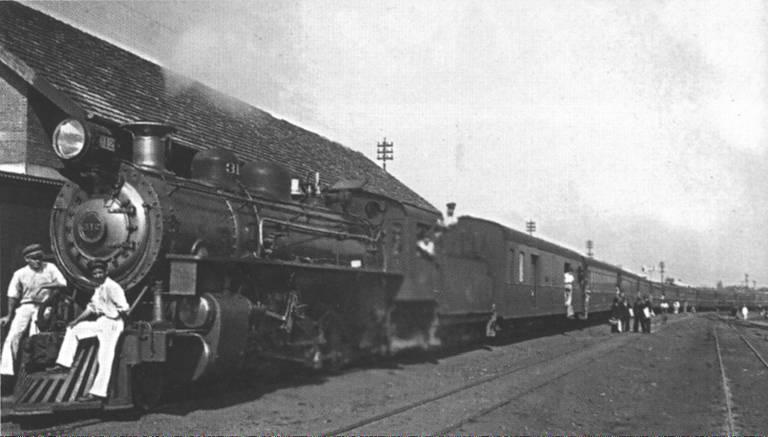 dois homens na frente do trem, que está parado na estação