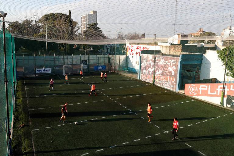 No pebolim humano, jogadores só podem ocupar uma determinada zona do campo