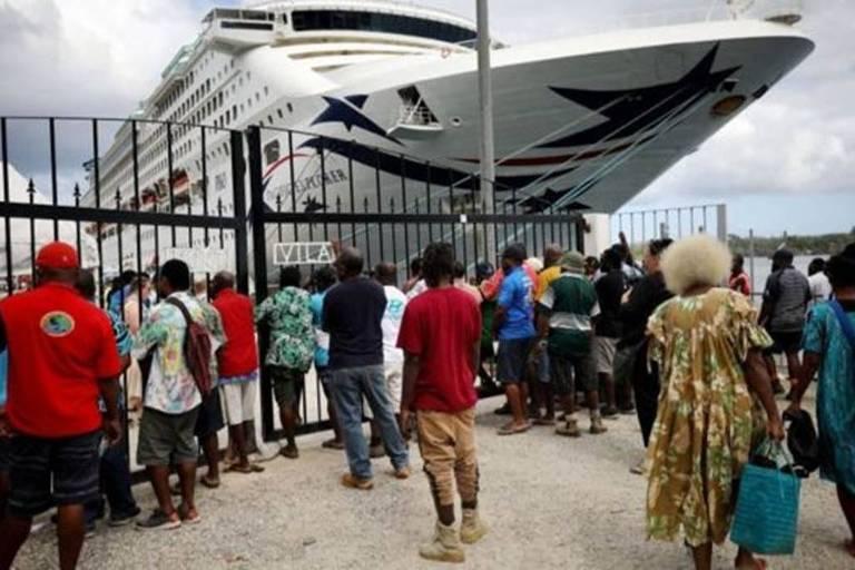 Trabalhadores locais à espera de um navio de cruzeiro em Vanuatu em dezembro de 2019; turismo foi severamente afetado