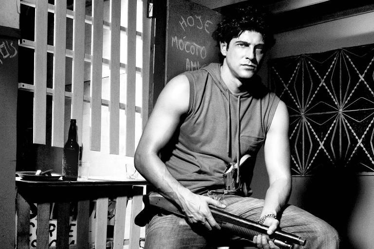 """Reynaldo Gianecchini aceitou pegar em armas para viver um gerente do tráfico carioca em """"Flordelis - Basta uma Palavra para Mudar"""""""