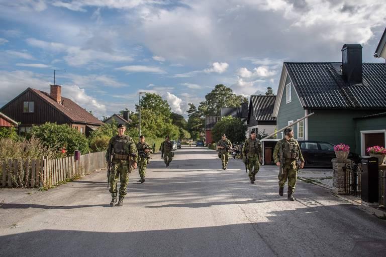Foto do governo mostra soldados suecos patrulhando ruas na turística Gotlândia