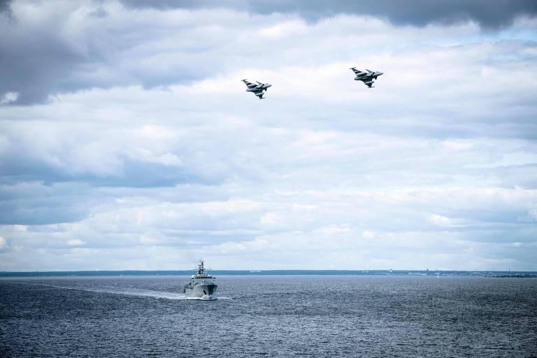 Corveta sueca é sobrevoada por dois caças Gripen durante patrulha na semana passada no Báltico