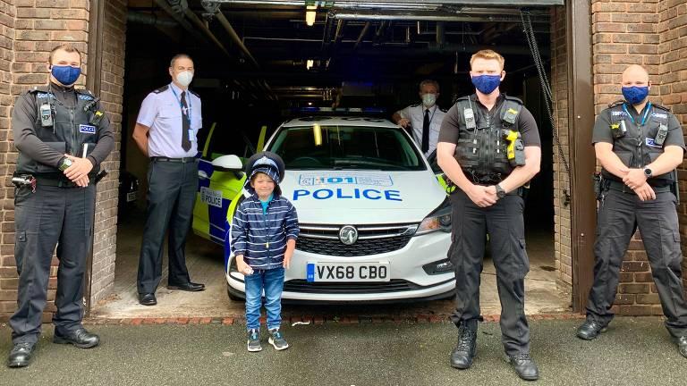 Josh com agentes da polícia de West Mercia