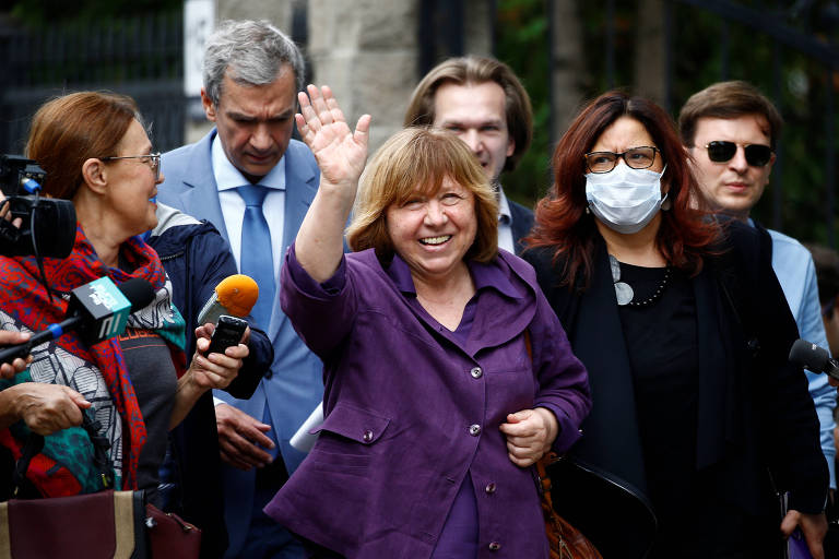 A escritora Svetlana Alexievich chega para prestar depoimento em Minsk