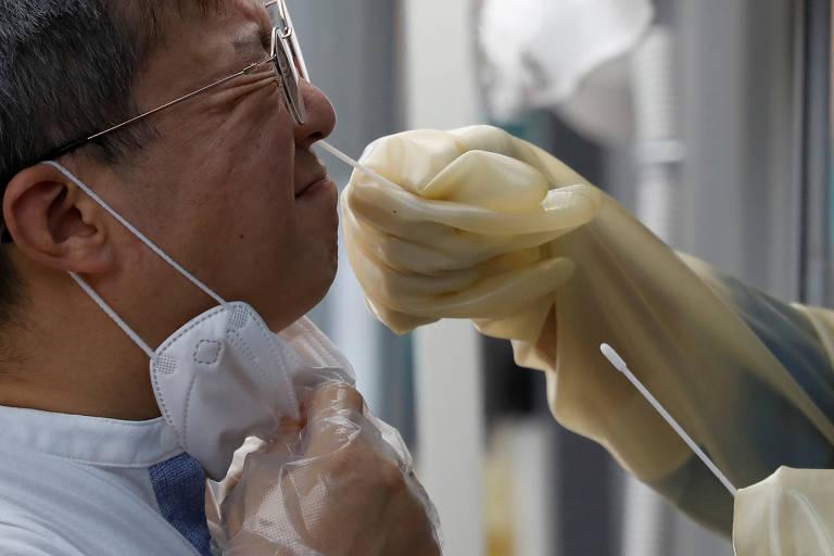 Homem faz teste de coronavírus em uma clínica improvisada na Coreia do Sul