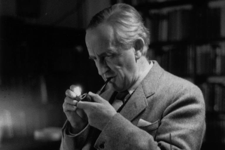 O escritor britânico, John Ronald Reul Tolkien, (1982-1973), em dezembro de 1955