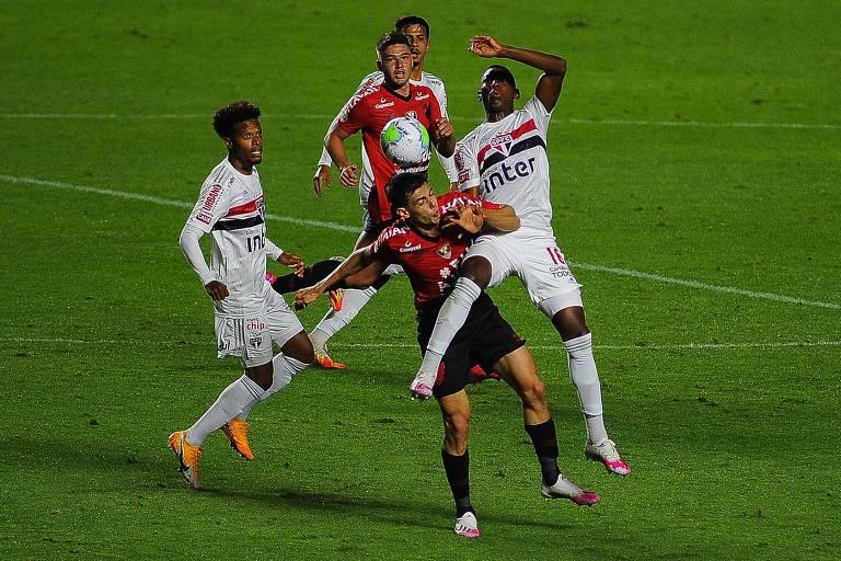 Jogadores de São Paulo e Athletico-PR disputam a bola durante partida no Morumbi