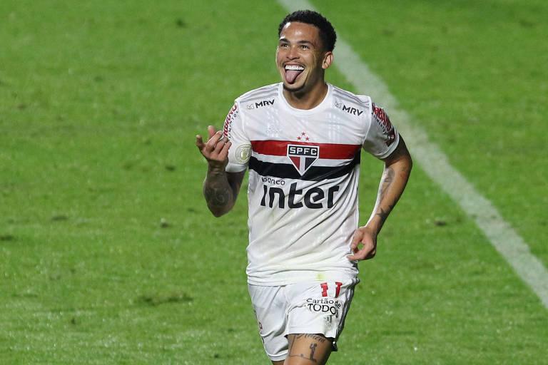 Luciano comemora o seu gol contra o Athletico-PR