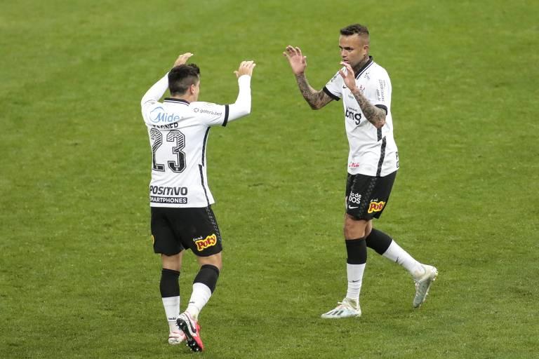 Luan (à dir.) comemora com Fagner gol marcado pelo Corinthians contra o Fortaleza
