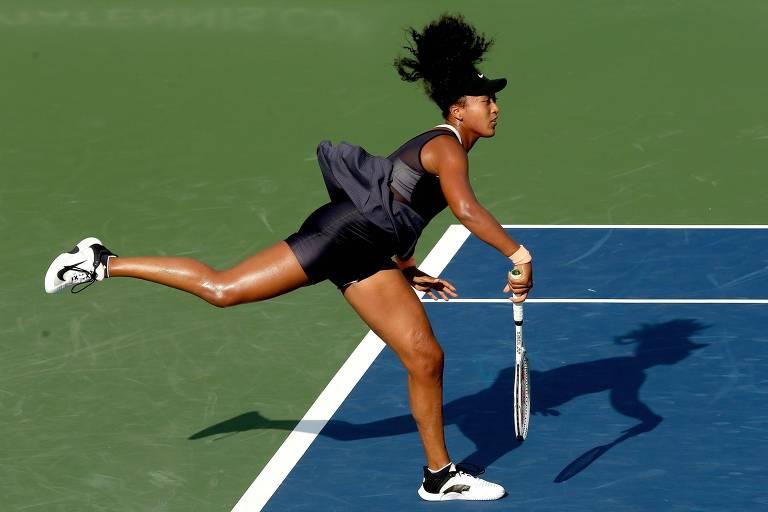 Naomi Osaka saca em jogo do Premier de Cincinnati