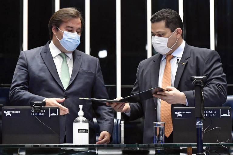 Rodrigo Maia e Davi Alcolumbre em sessão no plenário.