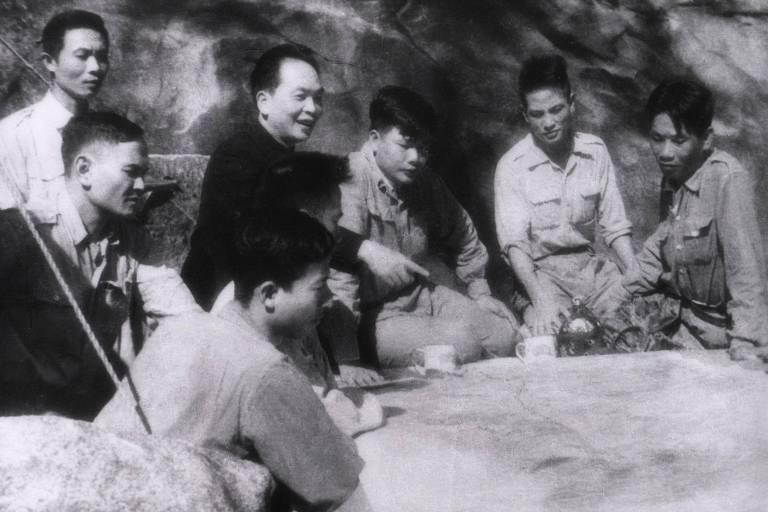 homens em torno de uma mesa de guerra