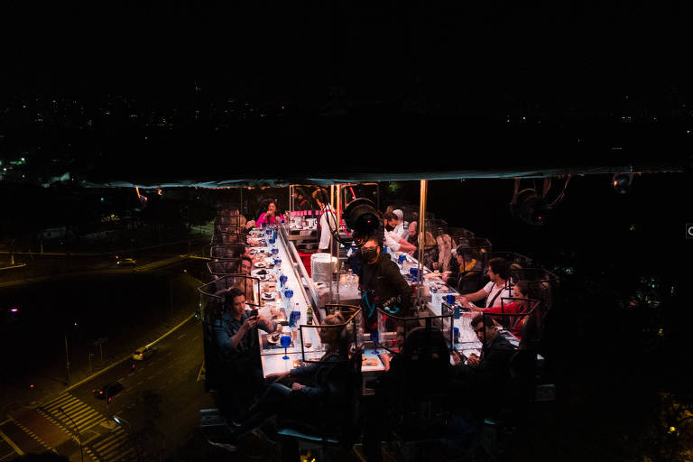 No Dinner in the Sky, público faz refeição em plataforma erguida a 50 m do chão