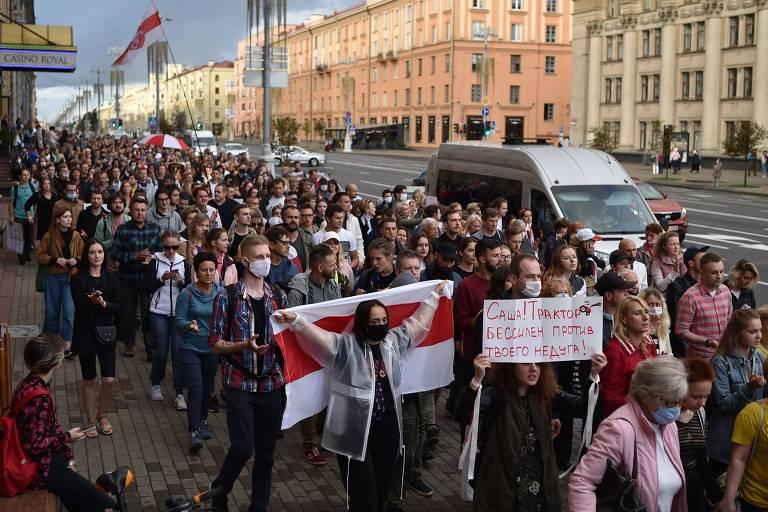 Manifestantes protestam contra a eleição de Aleksandr Lukachenko em Minsk