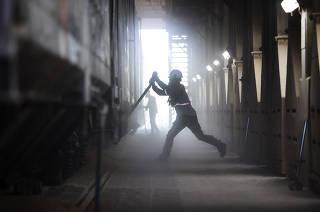 *** Agronegocio de Sao Paulo e os efeitos da pandemia: Exportacao de graos no Porto de Santos*** Operador do terminal, Igor Matheus,22, abre compartimento de vagao de  trem  para descarregar graos de milho  na Moega do  terminal ferroviario da Tiplam(da VLI)  no Porto de Santos.