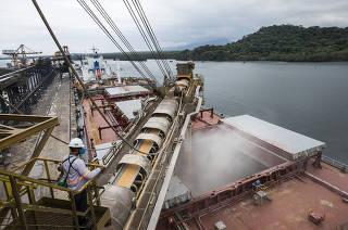 *** Agronegocio de Sao Paulo e os efeitos da pandemia: Exportacao de graos no Porto de Santos*** Navio com destino para a China, o UNITY N, eh carregado com graos de milho (cerca de 65.9 mil toneladas de milho)  no Porto de Santos.