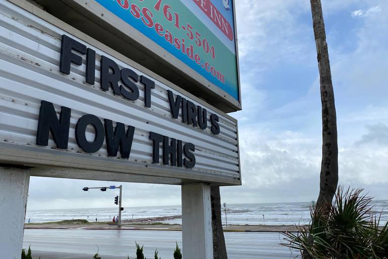 'Primeiro o vírus, agora isto', diz letreiro em Galveston, no Texas, em referência ao furacão Laura