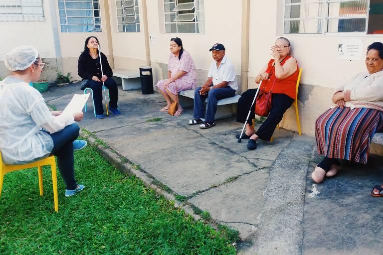 Leitura voluntária de carta realizada por funcionários da EDP no lar de idosos Recanto São João de Deus, em São José dos Campos (SP)