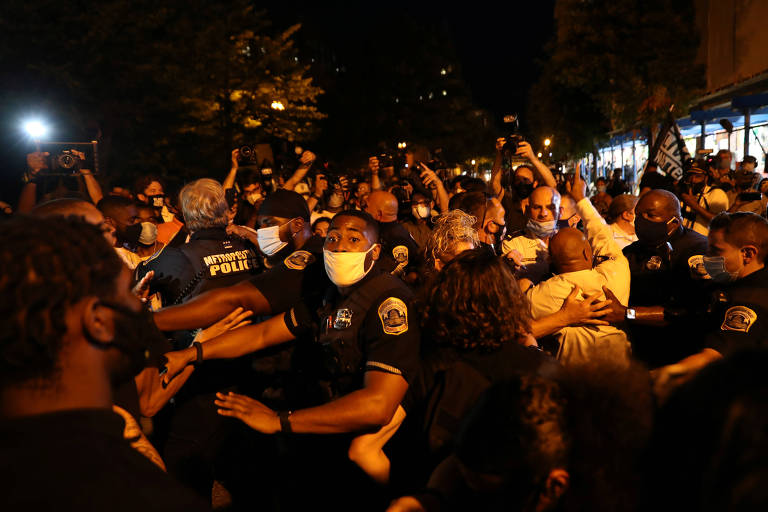 Policiais e manifestantes entram em confronto durante ato do lado de fora da Casa Branca, em Washington, durante a convenção nacional do Partido Republicano