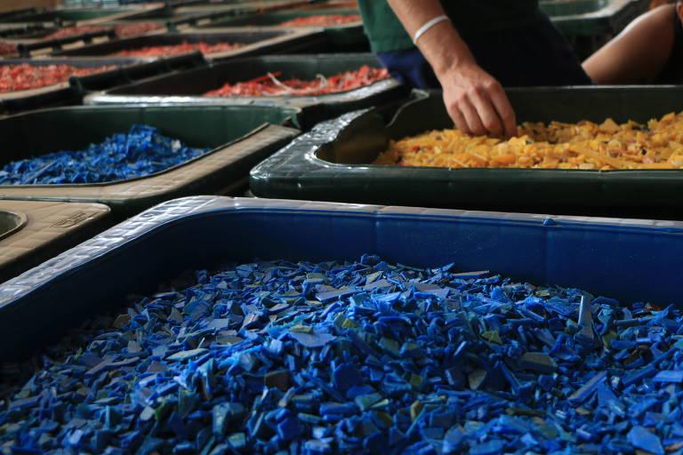 Plásticos de vários tipos sendo misturados