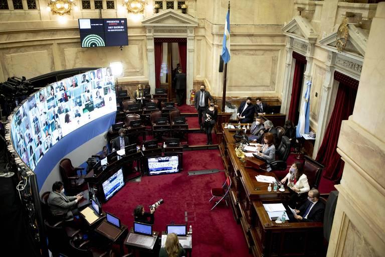 Em Buenos Aires, a vice-presidente da Argentina, Cristina Kirchner, assiste à sessão que aprovou, no Senado, a proposta de reforma do Judiciário