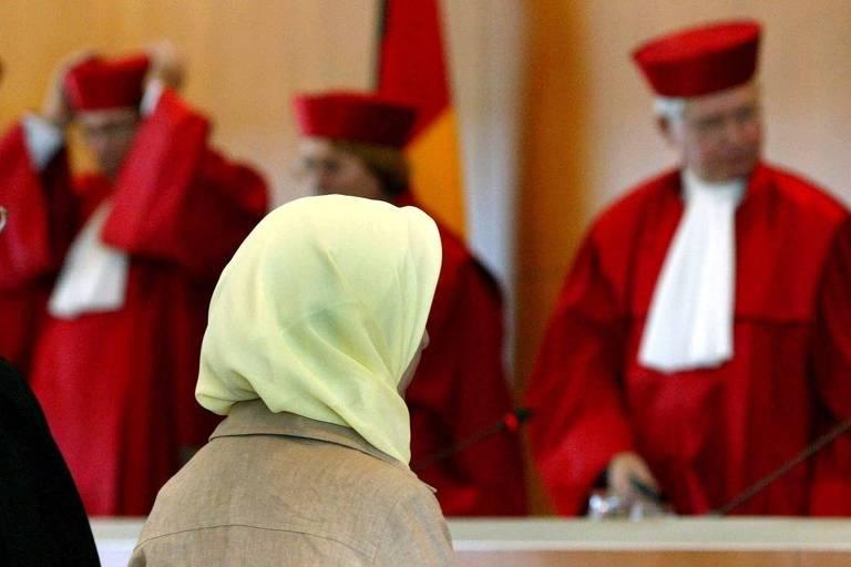 Professora alemã e membros do Tribunal Constitucional da Alemanha, que em 2015 decidiu que muçulmanas podem usar véus nas escolas