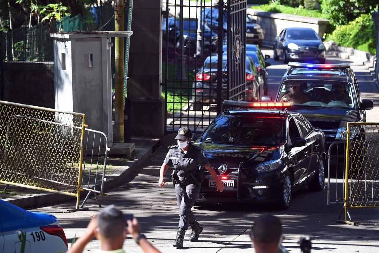 Carros da PF deixam a residência do governador Wilson Witzel, afastado pelo STJ