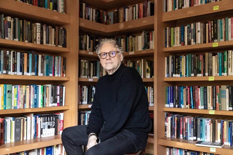 O cientista político e sociólogo Sérgio Abranches em sua casa no Rio de Janeiro