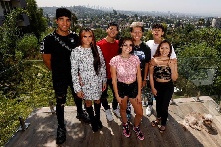 """A casa do TIKTOK """"Kids Next Door"""" (da esquerda para a direita) Adam Miguest (@itsadamm), Claire Hesser (@clairehesser), Alex King (@AKV), Aliyah Kent (@ aliyahm411), Bryan Duran (@ bryanduran100), Brandon Westenberg (@beyondbrandon) e Hailey Orona (@ real.ona) são exibidos nas colinas de Hollywood em Los Angeles, Califórnia"""