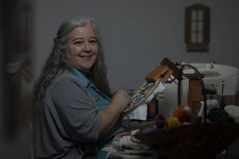 A bordadeira Ingrid Carrera, que trabalha em casa, na Penha, em SP