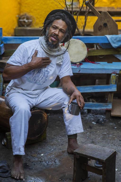 Durante a agressão, sua calça de capoeirista arrebentou e, por diversas vezes, Mestre Nenê ficou de cueca diante das pessoas —por estar algemado, ele não podia suspender a roupa e se cobrir