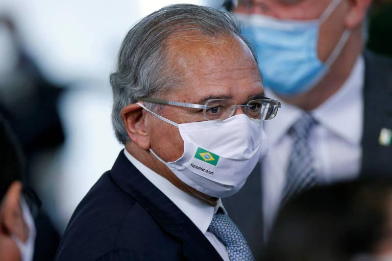 Ministro da Economia, Paulo Guedes, usando máscara de proteção contra coronavírus durante cerimônia no Palácio do Planalto