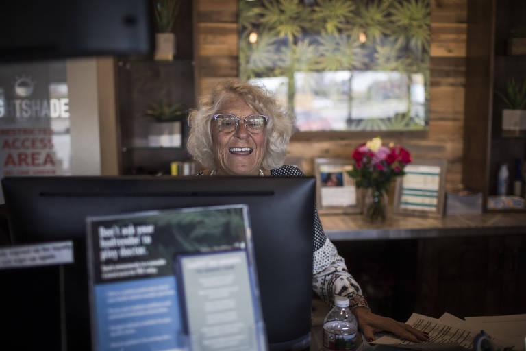 Cristina Carpanzano, 67, recepcionista do dispensário Lightshade na cidade de Denver, Colorado, nos Estados Unidos