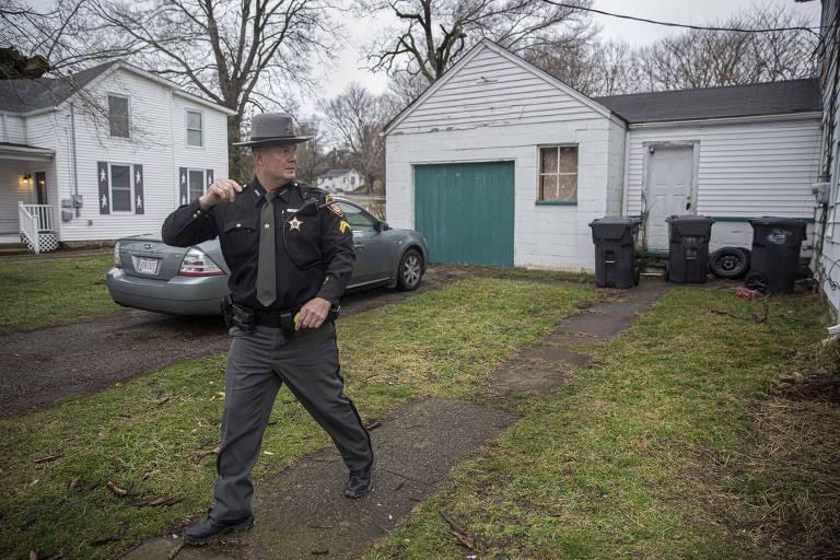 O subxerife Steve Singleton durante visita da Equipe de Resposta Rápida a Opioides no condado de Clermont, Ohio, nos EUA