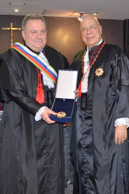 Presidente do TRT/RJ, desembargador Fernando Antonio Zorzenon da Silva (direita) entrega comenda da Grã-Cruz ao desembargador Marcos Pinto da Cruz, na posse de Pinto da Cruz no cargo de desembargador do Tribunal Regional do Trabalho da 1ª Região (TRT/RJ), em 5/10/17.