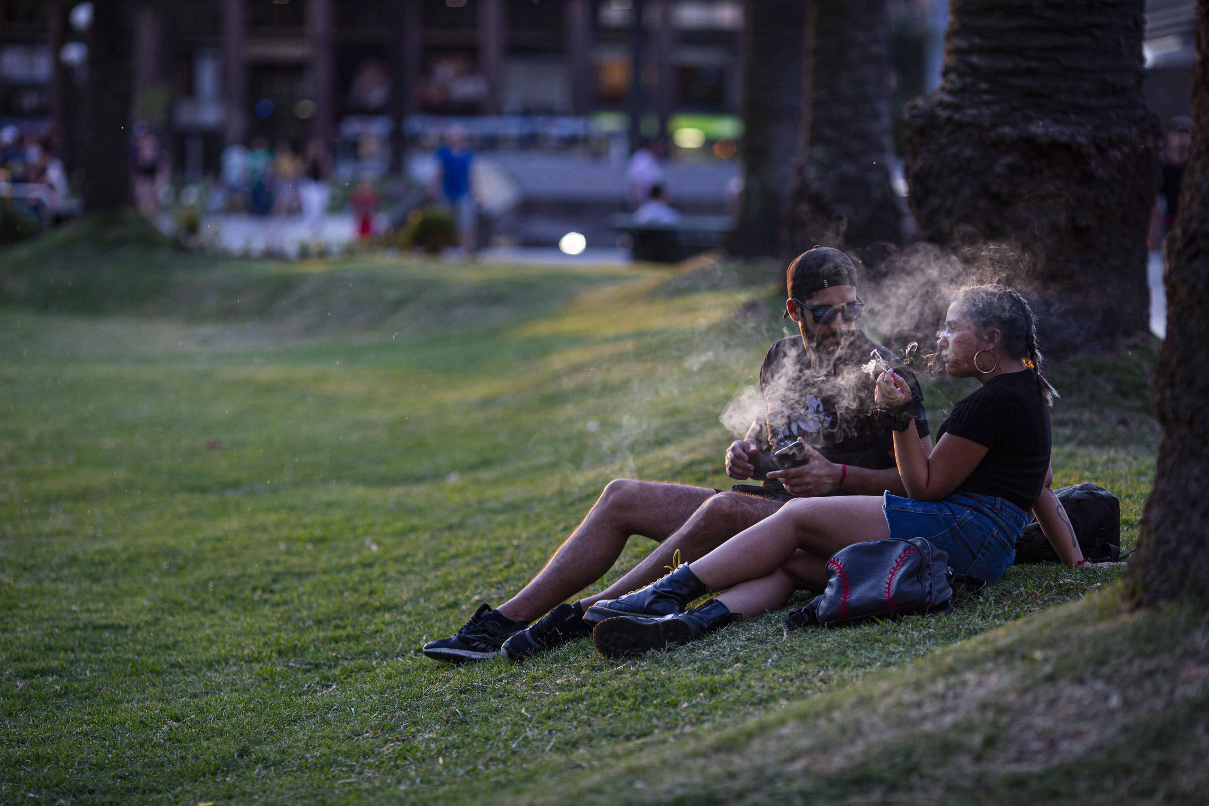 Jovens fumam maconha na praça Independência, em Montevidéu