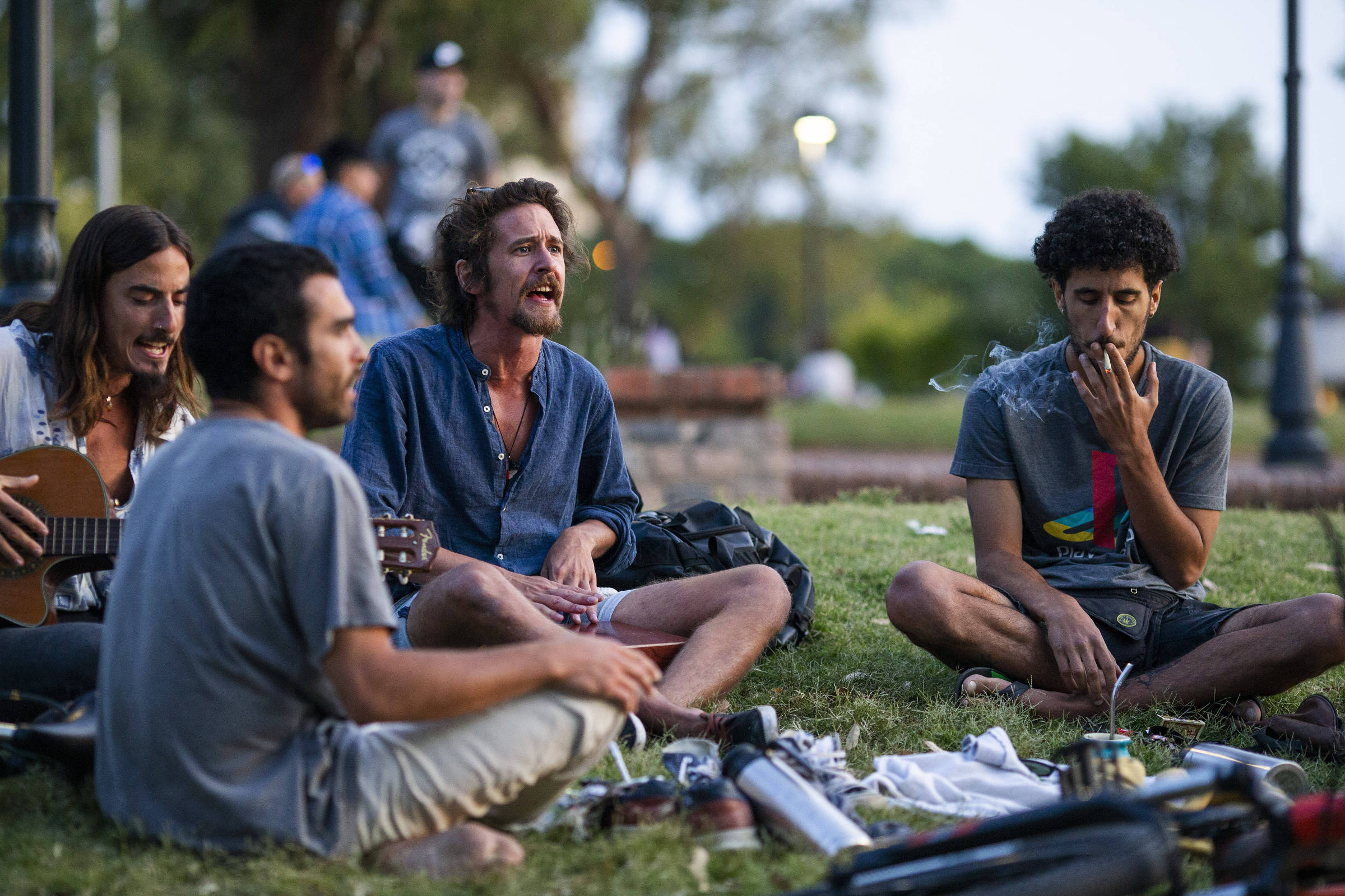 Jovens fumam maconha no parque Rodó, em Montevidéu