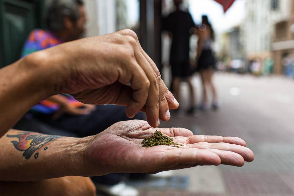 Homem prepara cigarro de maconha no centro velho de Montevidéu