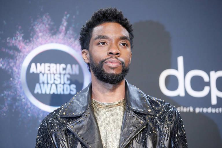 O ator Chadwick Boseman na premiação do American Music Awards