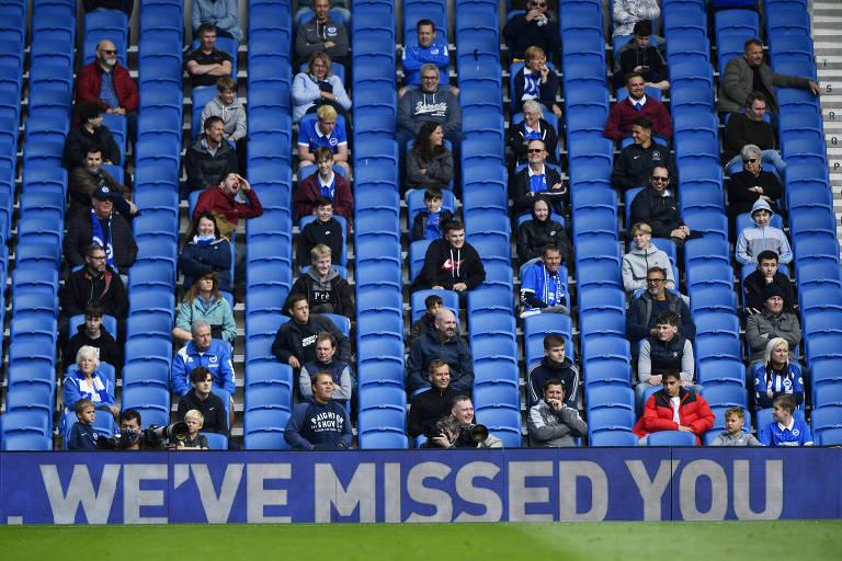 Torcedores acompanham jogo entre Chelsea e Brighton com distanciamento social nas arquibancadas