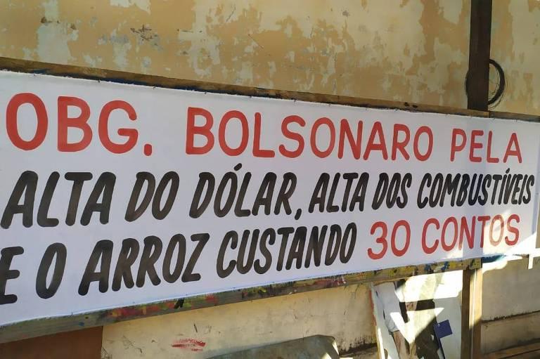 A faixa diz: obrigado bolsonaro pela alta do dólar, alta dos combustíveis e o arroz custando 30 contos