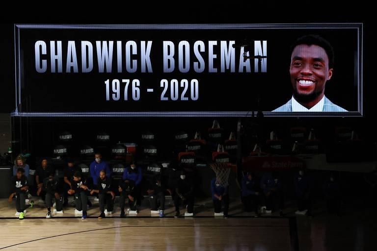 Jogadores do Milwaukee Bucks e do Orlando Magic prestam homenagem a Chadwick Boseman antes de jogo da NBA