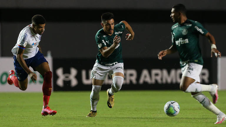 Willian carrega a bola durante a partida entre Palmeiras e Bahia, pelo Campeonato Brasileiro