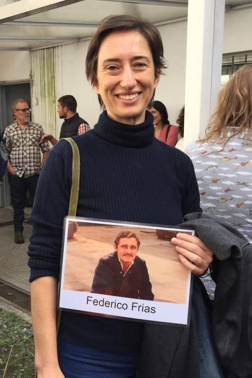 A argentina Luciana Ogando, que teve o pai assassinado e um tio desaparecido depois de ser levado pelos militares a um campo de detenção clandestino; ela segura uma foto do tio
