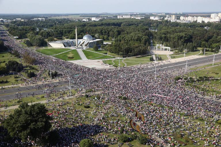 Milhares de manifestantes participam de protesto contra o ditador no centro de Minsk, capital da Belarus
