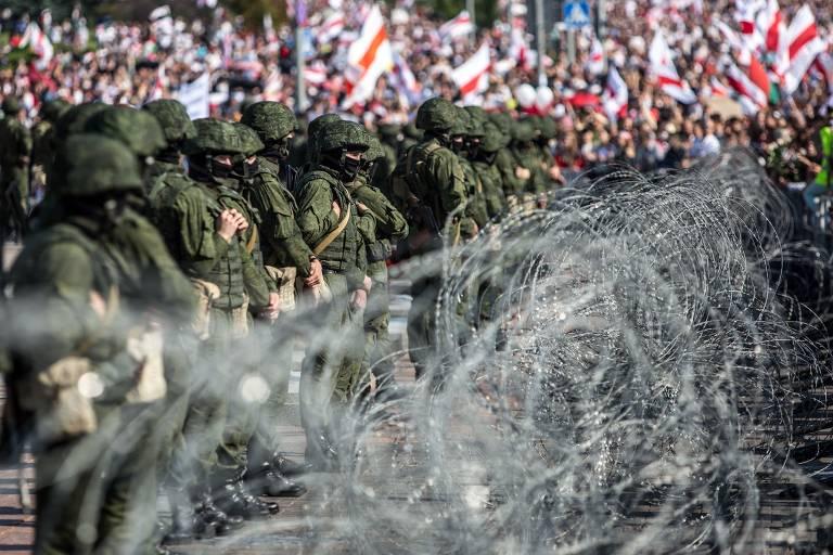 Forças de segurança bielorussas usam arame farpado para conter manifestantes anti-governo