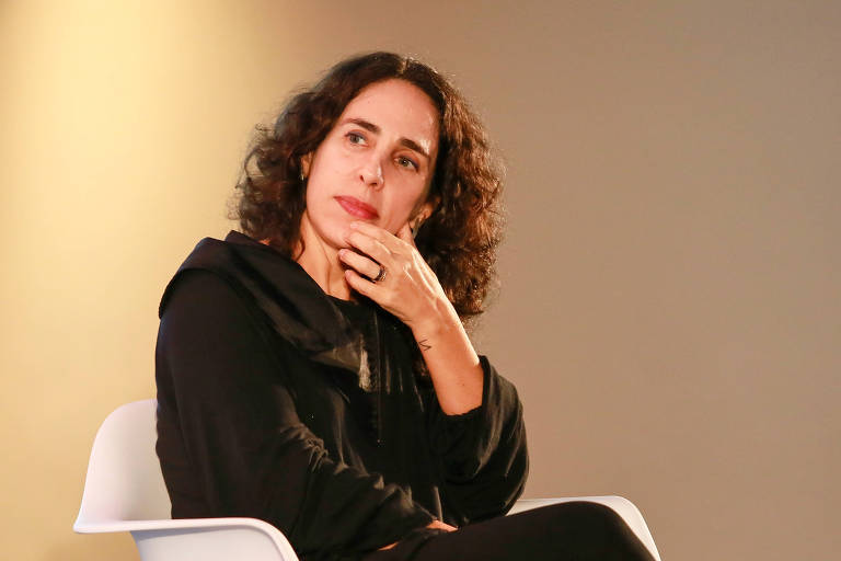 Psicanalista Maria Homem durante o Festival Path, em São Paulo, em 2019, sentada em uma cadeira