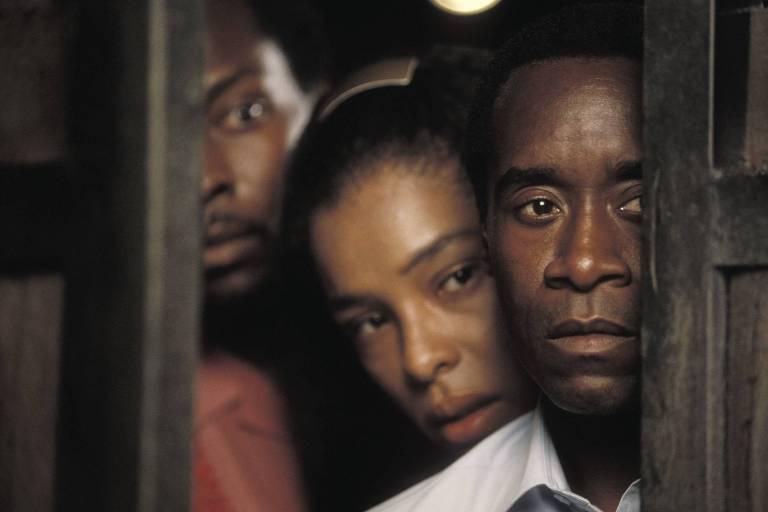 O ator Don Cheadle (à dir.) representa o ex-gerente de hotel Paul Rusesabagina em cena de 'Hotel Ruanda' (2004)