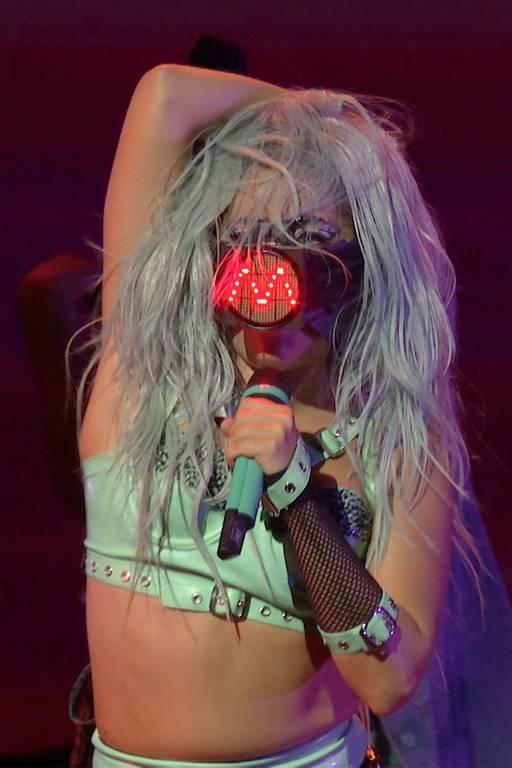 Cantora e compositora norte-americana Lady Gaga se apresentando durante o 2020 MTV Video Music Awards, realizado virtualmente em meio à pandemia de coronavírus em Nova York.